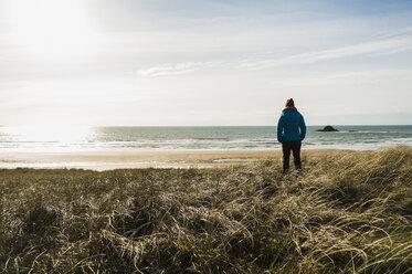 France, Bretagne, Finistere, Crozon peninsula, woman standing at the coast - UUF006734