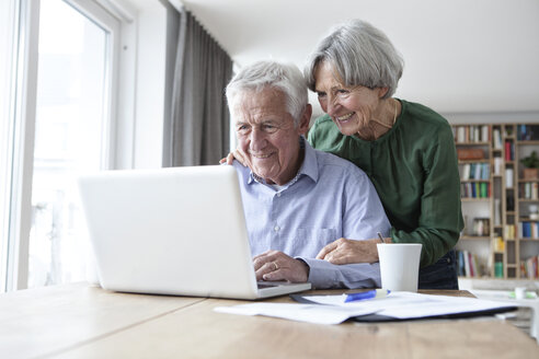 Senior couple using laptop at home - RBF004181