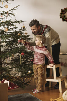 Father and son decorating Christmas tree - MFF002795