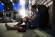 Female boxer taking a rest - ZEDF000062