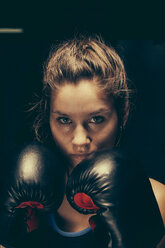 Portrait of female boxer - ZEDF000074