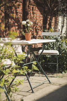 Garden table and two chairs in front of a house - ASCF000521