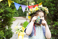 Little girl wearing flowers taking a picture with vintage camera - VABF000295