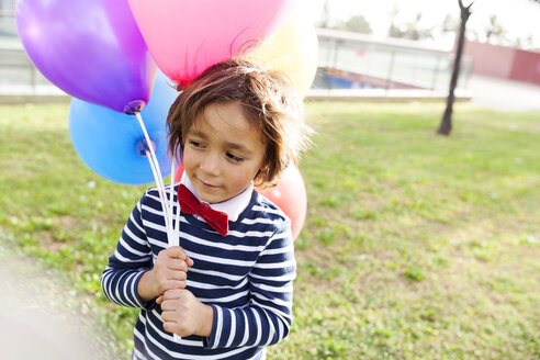 Little boy with a red bow tie and balloons - VABF000313