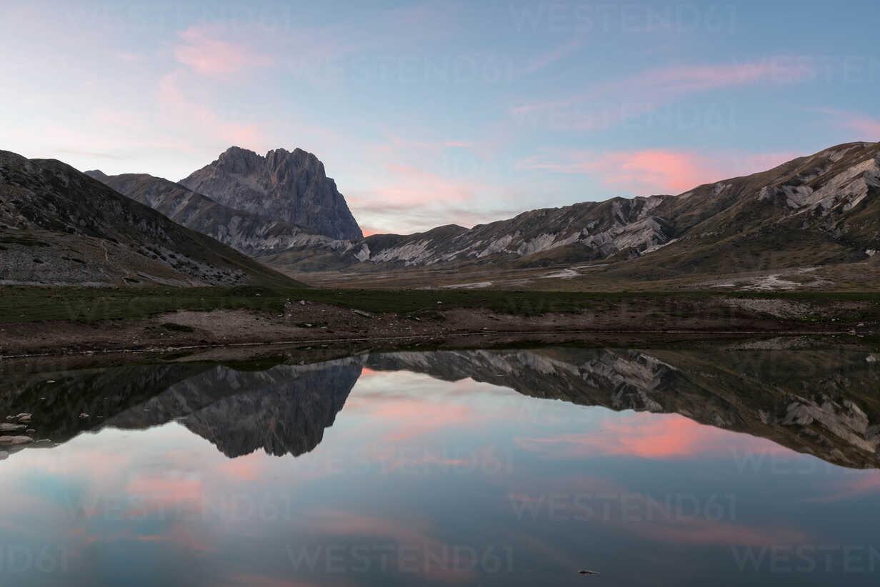 Italy, Abruzzo, Gran Sasso e Monti della Laga National Park, plateau Campo Imperatore, Corno Grande peak reflected in lake Petranzoni at sunset - LOMF000234 - Lorenzo Mattei/Westend61