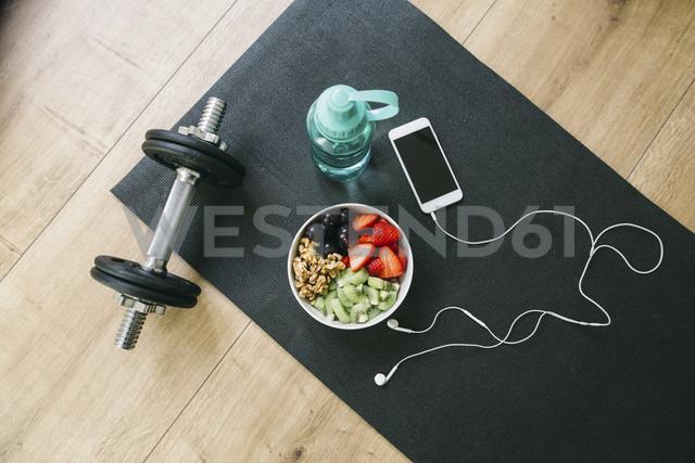 Dumbbell, drinking bottle, fruit bowl and smartphone with earphones - EBSF001258 - Bonninstudio/Westend61