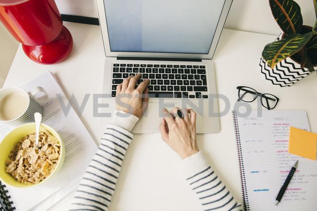 Woman at desk using laptop - EBSF001276 - Bonninstudio/Westend61