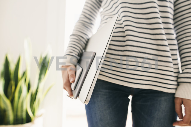 Woman holding portable devices in different sizes - EBSF001291 - Bonninstudio/Westend61