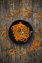 Bowl of spiralized carrot salad with spring onions - LVF004627