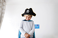 Portrait of little boy dressed up as a pirate - VABF000342