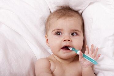 Portrait of baby girl brushing teeth - DSF000639