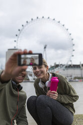 UK, London, two runners taking a selfie at riverwalk - BOYF000141