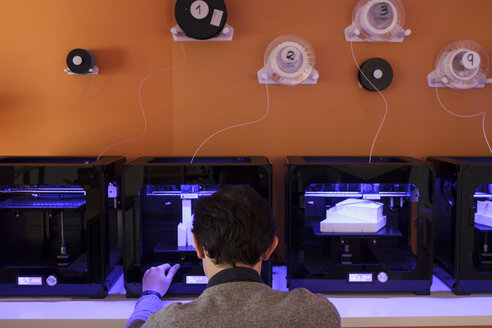 Man working with 3D printers - ABZF000274