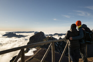 Portugal, Madeira, View from Pico do Arieiro, couple looking from viewpoint - MKFF000282