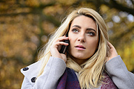 Portrait of young woman in autumn telephoning with smartphone - LFOF000184