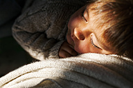 Little boy sleeping on the couch - VABF000371