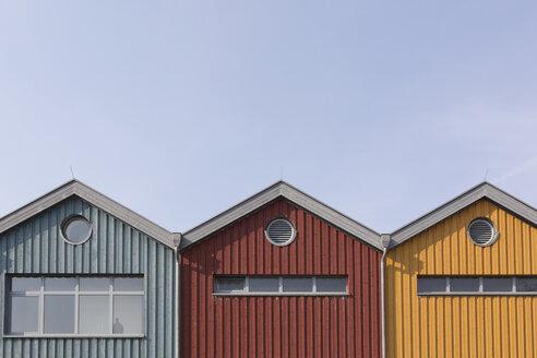 Germany, Warnemuende, row of three wooden houses - ASCF000525