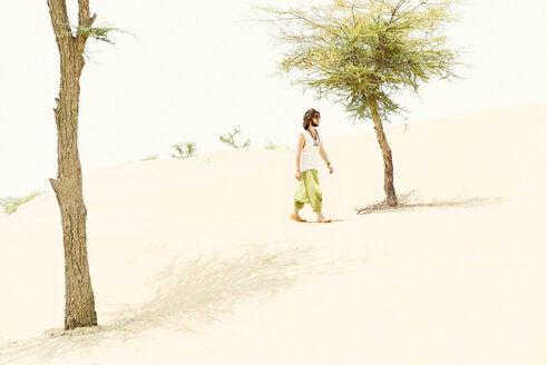 Man walking alone in the desert - BMAF000114