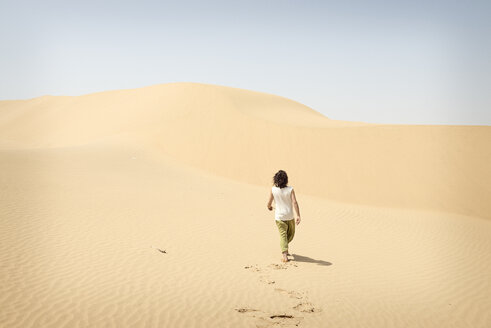 Man walking alone in the desert - BMAF000132