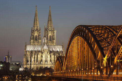 Germany, Cologne, view to the lighted Cologne Cathedral and - WIF003293