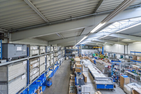 Empty industrial hall with stored packages - DIGF000100