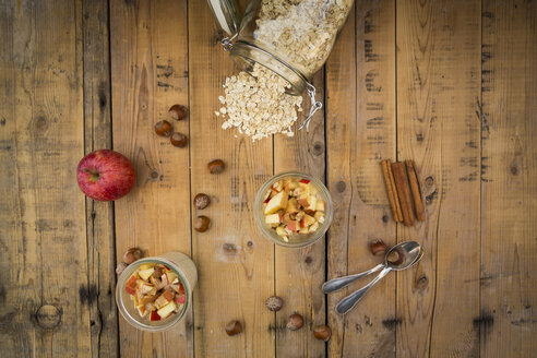 Glasses of overnight oats with sliced apple, hazelnuts and cinnamon - LVF004655