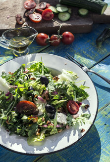 Greek salad with arugula, cheece, olives, tomatoes, cucumber, onion and caramelized nuts - DEGF000726
