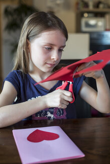 Girl tinkering mother's day card - SARF002658