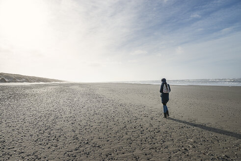 Denmark, Henne Strand, Person walking alone on the beach - BMA000168