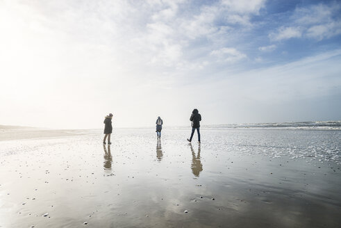 Denmark, Henne Strand, People walking at the beach - BMA000171