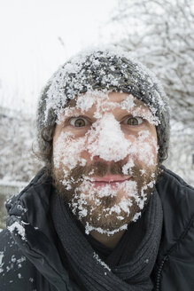 Portrait of man with snow in his face - BMA000186
