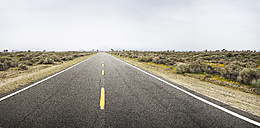 USA, California, Empty road in deserted area - BMA000207