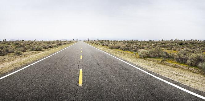 USA, California, Empty road in deserted area - BMA000207