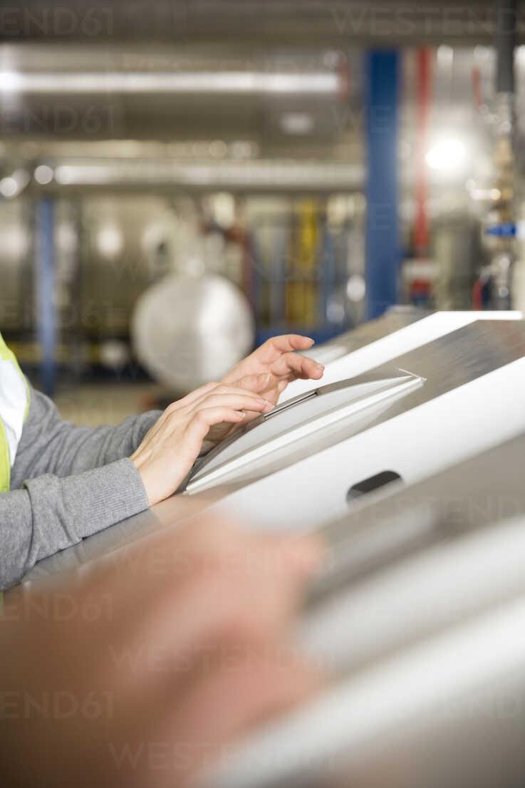 Technician operating control of industrial plant - FKF001762 - Florian Küttler/Westend61