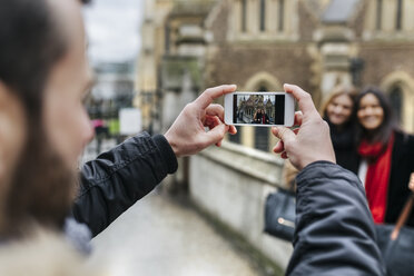 UK, London, Young people taking picture with smart phone - MGOF001579