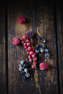 Deep frozen red and black currents, rasberries and blackberries on wood - CSF027357