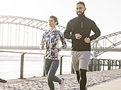 Germany, Cologne, Young couple jogging - MADF000865