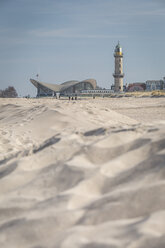 Germany, Warnemuende, beach, Lighthouse and Teepott in the background - ASCF000548