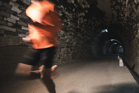 Runner training in a tunnel - JASF000543