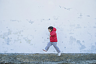 Little girl running in front of a wall - ERLF000156