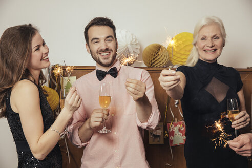 Friends celebrating New Year's Eve together, drinking champagne - MFF002941