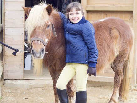 Portrait of smiling girl with pony - XCF000068