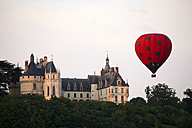 France, Chaumont-sur-Loire, view to Chateau de Chaumont and air balloon in the foreground - DSG001165