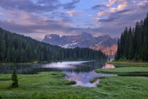 Italy, Province of Belluno, Dolomites, Misurina Lake with the Sorapiss mountain massif at sunrise - RUEF001664