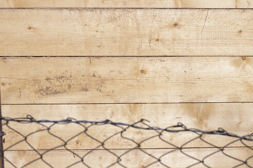Mesh wire fence and wood - CMF000380