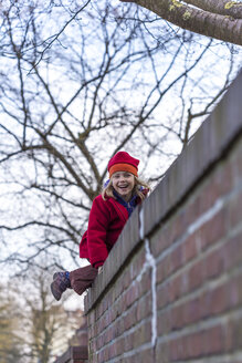 Little girl climbing on a wall - JFEF000770