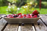 Blueberries and strawberries on platter - SARF002664