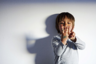 Little boy counting with his fingers - VABF000401