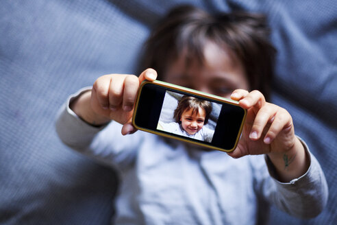 Little boy taking selfie with smartphone - VABF000404