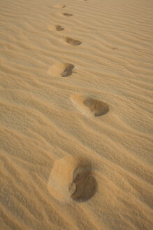 UAE, Rub' al Khali, shoe prints in the desert sand - MAUF000394
